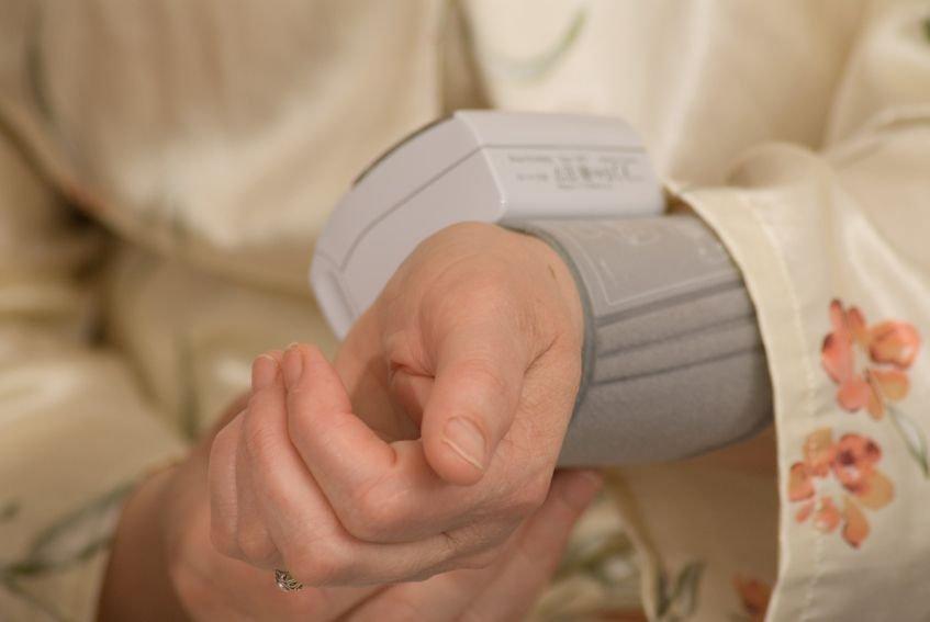 Hipotenzija pomeni znižanje sistemskega krvnega tlaka do te mere, da je zmanjšan pretok krvi skozi vitalne organe.