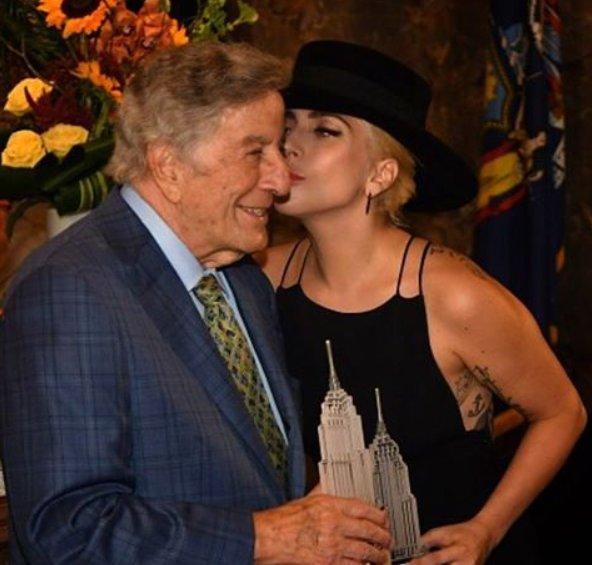 Pred nekaj leti je Gaga nastopala s Tonyjem Bennettom, do katerega je bila enako ljubeča kot do Bradleyja.