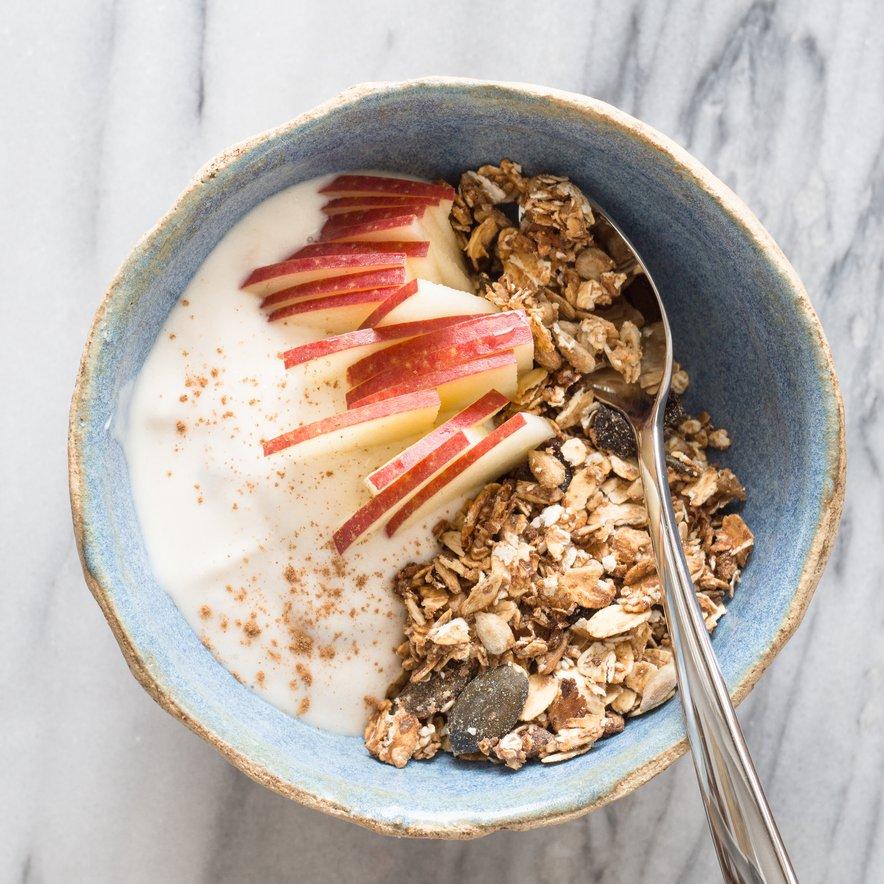 Jabolka so odličen vir vlaknin, ki izboljšajo našo prebavo. Privoščimo si jih že zjutraj z ovsenimi kosmiči in jogurtom.