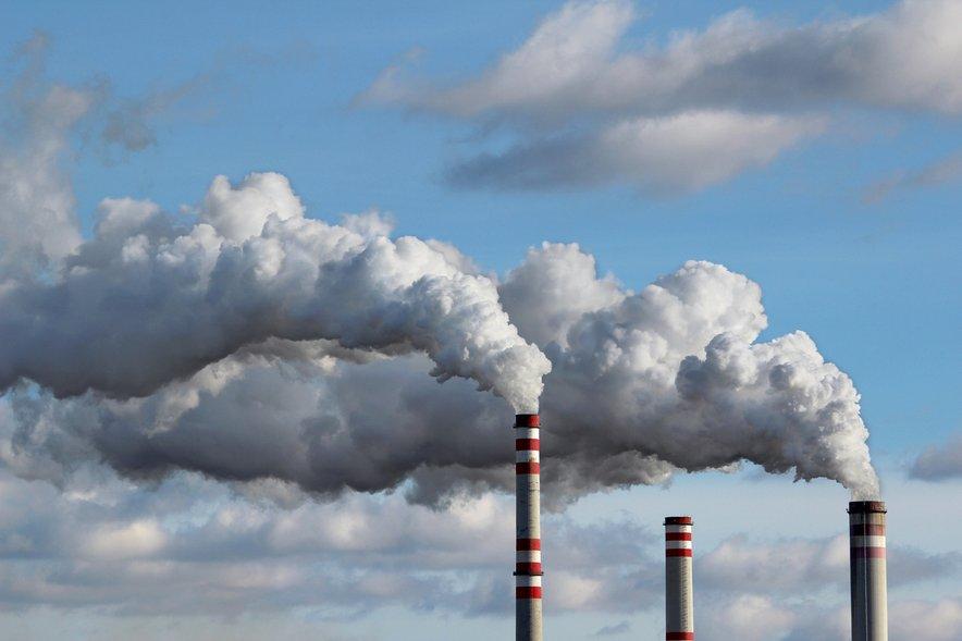 Drugi viri teh smrtonosnih delcev so uporaba fosilnih goriv v industrijiin pri ogrevanju gospodinjstev.