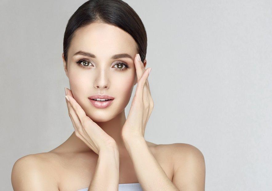 Koža okoli oči je tanjša od preostale kože na obrazu, zato se hitreje stara, pojasni dermatologinja. Prav zato je pomembno, da je ta predel obraza ves čas navlažen.