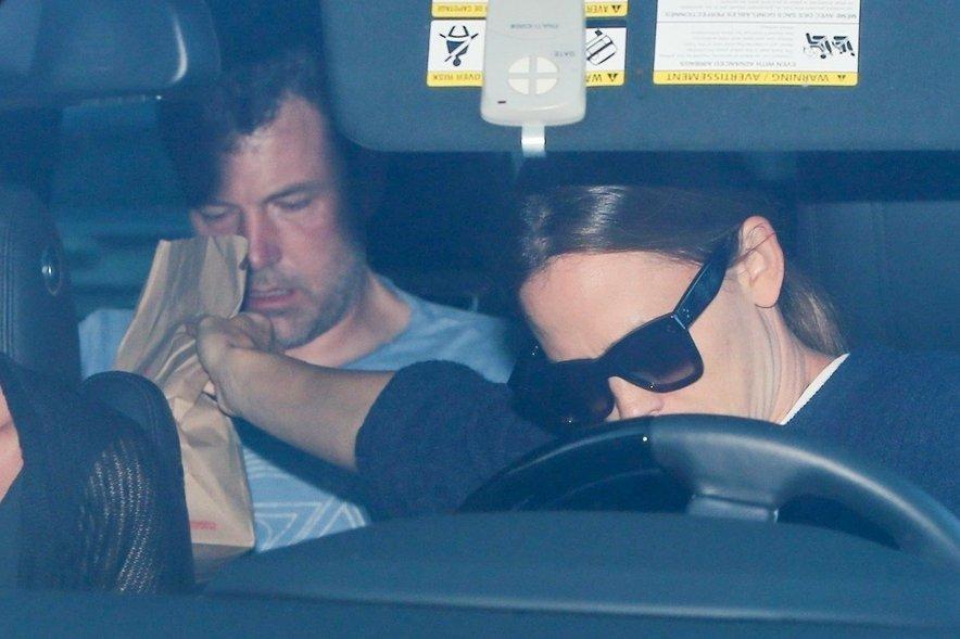 Jennifer je Bena pred dnevi odpeljala na kliniko za odvajanje, še prej pa mu je šla iskat obrok hitre hrane.