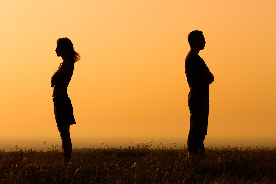 Ko dve osebi vstopita v odnos, sčasoma pritisneta tudi tista pomembna stikala, ki prižgejo najbolj boleče vsebine. Občutke spregledanosti, osamljenosti, ponižanja, razvrednotenja, nerazumljenosti, razočaranja.