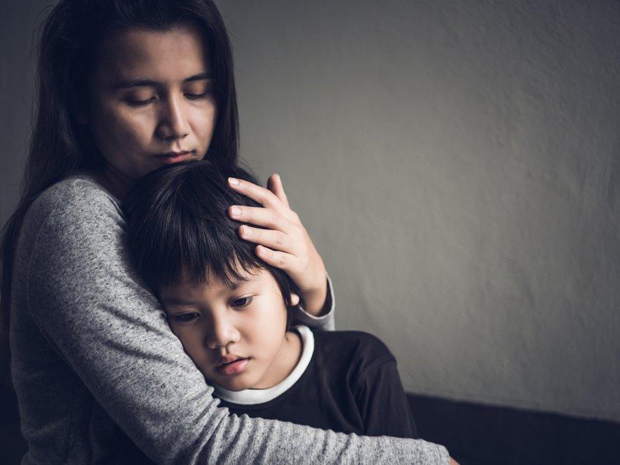 Otrok se bo pomiril, če ga boste med izpadom jeze stisnili k sebi in ga nekaj časa v tem položaju tudi zadržali. Ne glede na to, ali se brani ali kriči, se bo sčasoma njegovo telo umirilo.