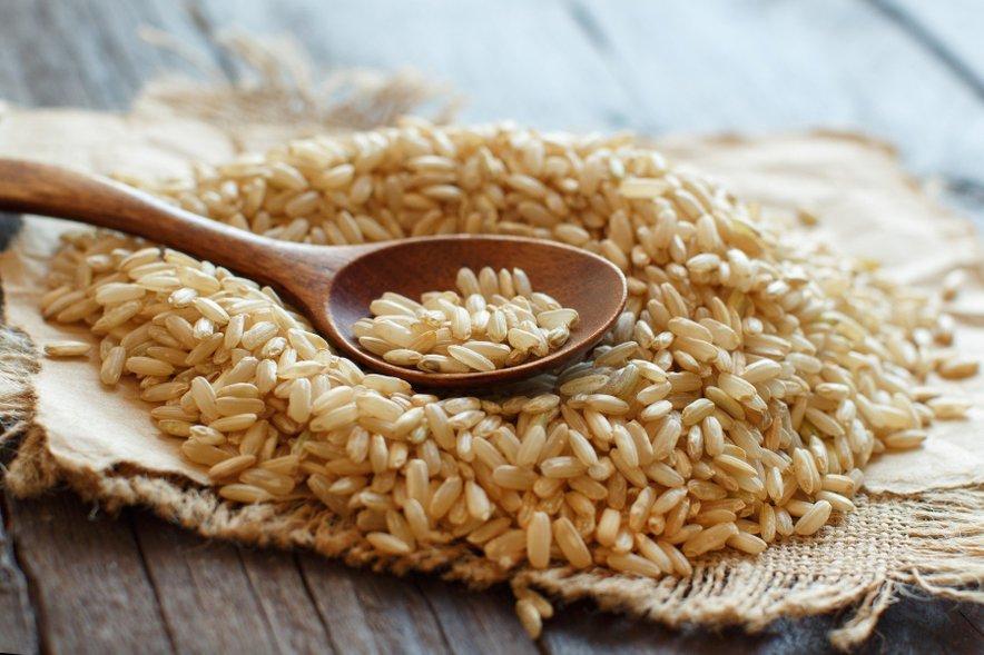 Rjavi riž nas za dlje časa nasiti, zaradi ohranjene ovojnice pa se kuha precej dlje kot beli riž.