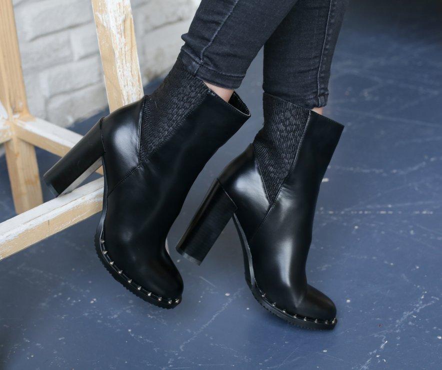 Izberite udobne usnjene črne škornje.