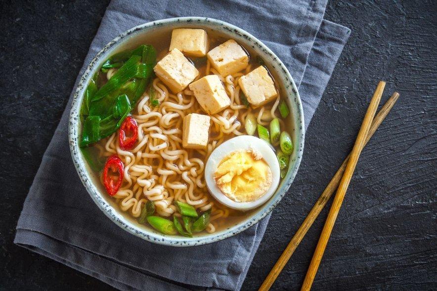 Ramen je gosta juha, ki poleg zelenjavnih in mesnih dodatkov, temelji na dveh glavnih sestavinah: jušni osnovi in ramen rezancih.