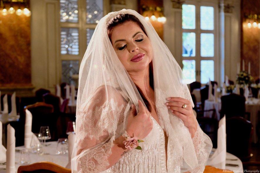 Ko gre za poročni obred, ji je všeč čim bolj eksotično in intimno.