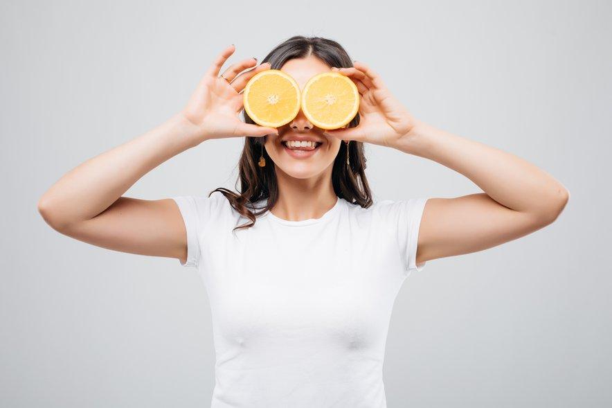 Posledice uživanja predelane hrane se kažejo tudi na naši koži.