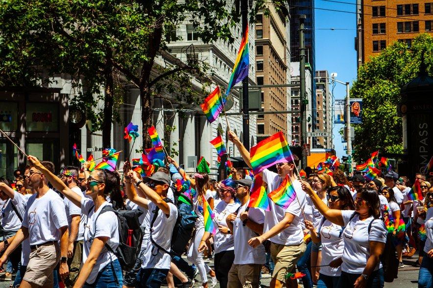 Kar 52 % anketiranih mladih LGBTIQ+oseb, poroča o neposrednem ali posrednem verbalnem nadlegovanju in/ali grožnjah na ulicah.