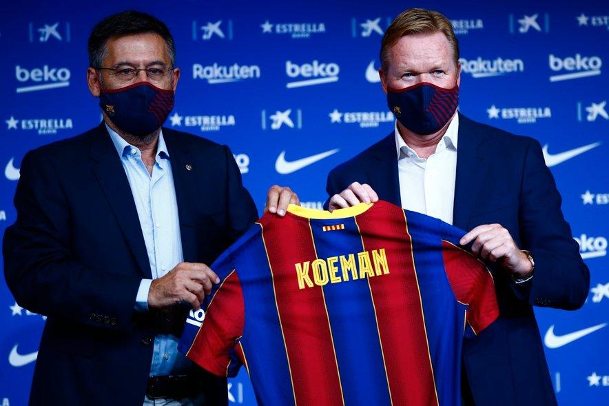 Koeman (desno) ob predsedniku Josepu Marii Bartomeuu na predstavitvi v Barceloni.