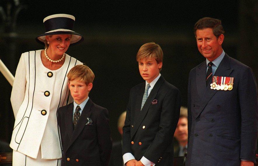 Diana s sinovoma in soprogom Charlesom, fotografija je nastala leta 1995.