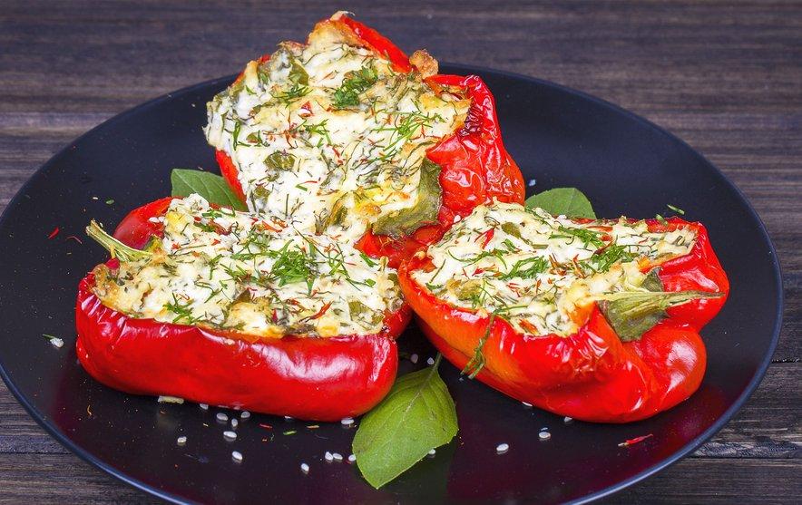 Pečene polnjene paprike z nadevom iz skute in zelišč