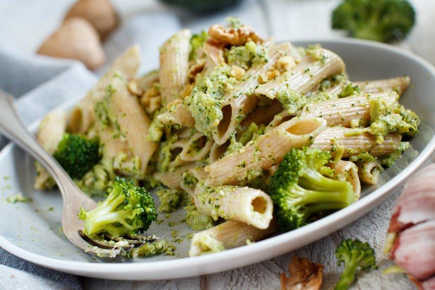 Polnozrnate testenine s pestom iz brokolija in orehov