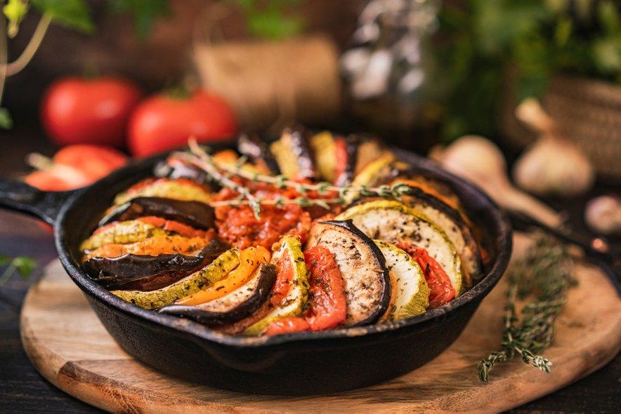 Jed lahko postrežemo kot prilogo k mesnim jedem ali pa si jo privoščimo tako kot Francozi: z bageto.