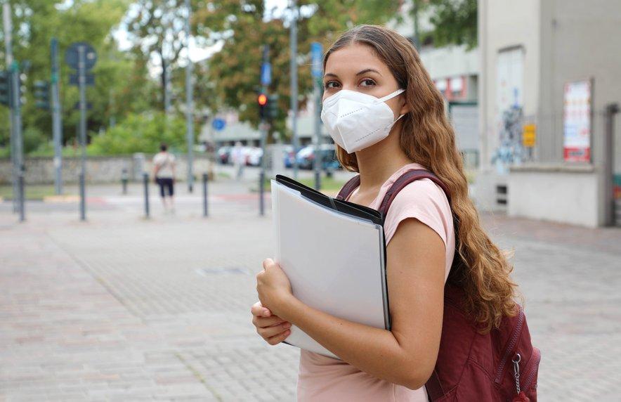 Uporaba zaščitnih mask je obvezna na odprtih javnih krajih, če ni mogoče zagotoviti medosebne razdalje najmanj 1,5 metra.
