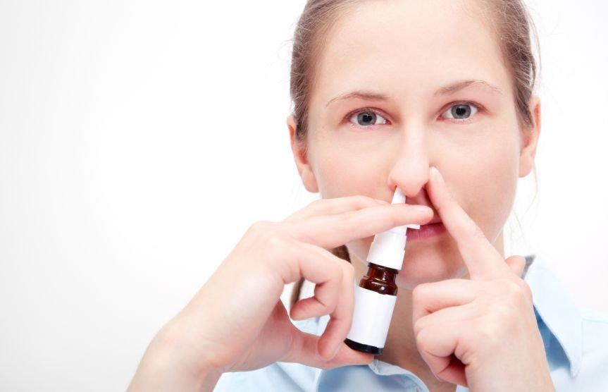 Pršila za nos vam bodo olajšala dihanje in preprečila širjenje okužbe na sinuse.
