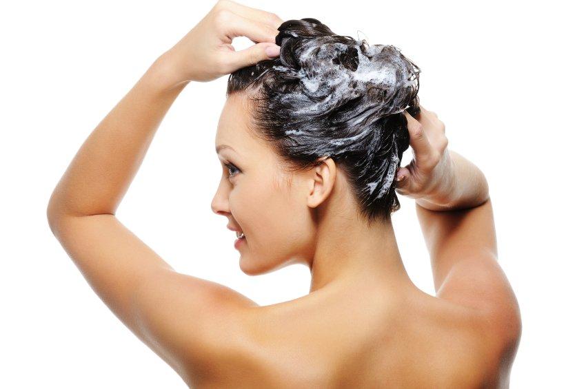 Staranje las zaradi izsušenosti in mehanskih poškodb lahko preprečite s pomočjo majoneze, ki je bogata z beljakovinami ter oljem in bo vašim lasem dala sijaj, prav tako pa bo tudi obnovila suhe konice.