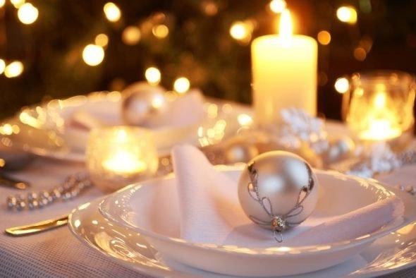 Na mizo lahko postavite več svečnikov različnih velikosti – na dva damo višje sveče, na ostale pa namesto sveč bunkice. Na mizo lahko položite venček, zanimiv in prijeten dodatek pa je tudi večja prozorna steklena vaza.