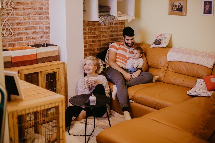 """Uroš: """"Naš najljubši kotiček v stanovanju. Kavč, prigrizki, čaj in naše najljubše serije na TV-ju."""""""