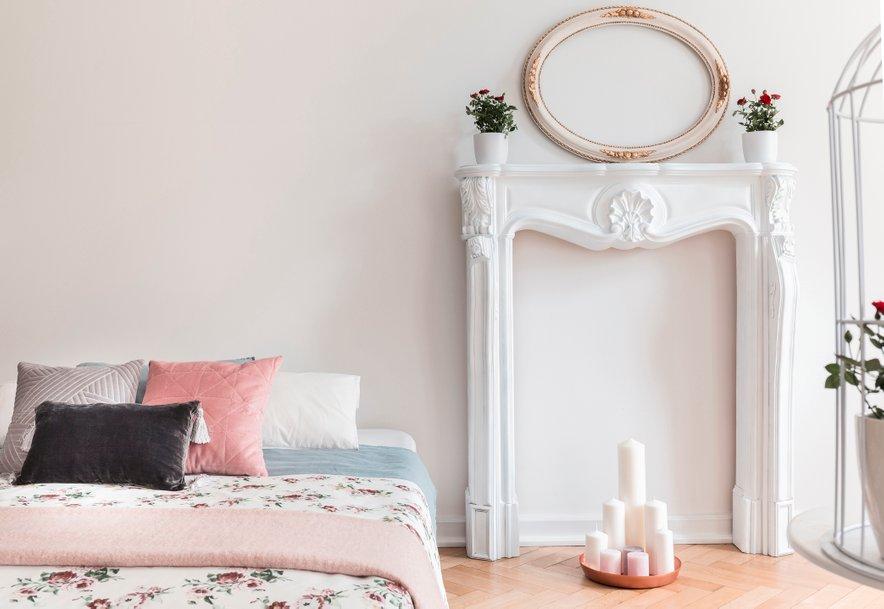 Umeten kamin v romantičnem slogu lahko umestimo tudi v spalnico.