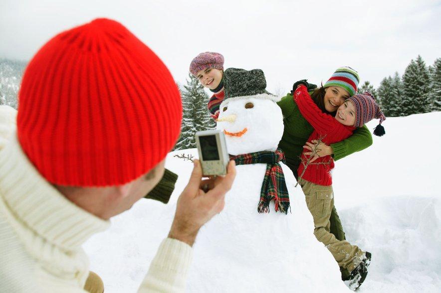 Če bo vaše kraje pobelil sneg, belo odejo maksimalno izkoristite. Postavite sneženega moža, kepajte se in sankajte, po snežne radosti pa se lahko odpravite tudi na bližnje smučišče.