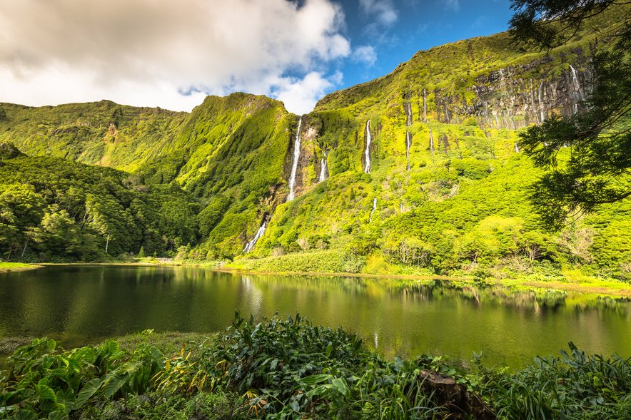 Bujni gozdovi in jezera na Azorih