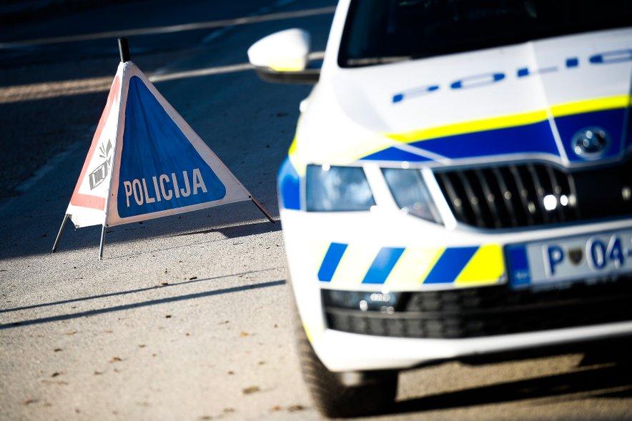 Policija zbira informacije o vozniku, ki je poškodoval dva policijska avtomobila in pobegnil.