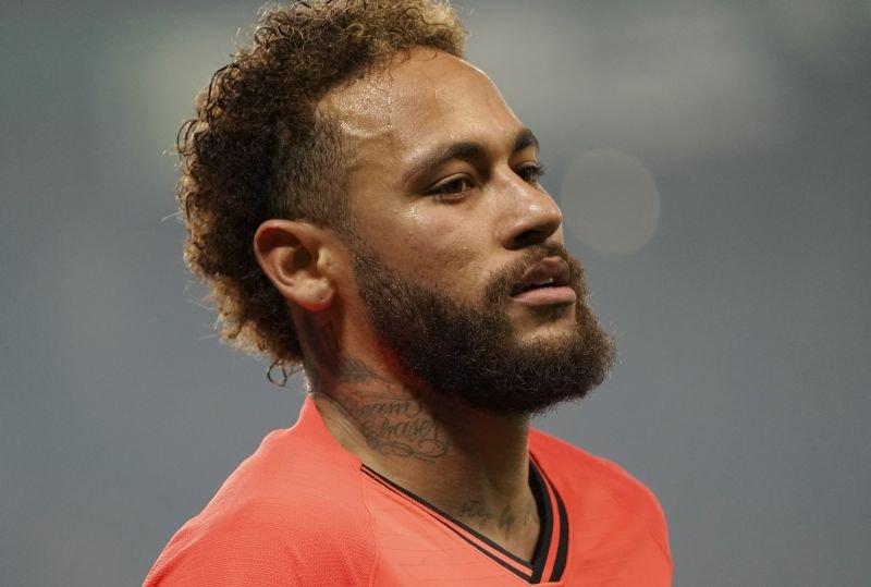 Brazilski zvezdnik Neymar Jr. (na fotografiji) je bil že minulo poletje blizu povratka v Katalonijo.