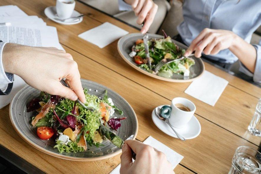 Na zdravem krožniku naj polovico prostora zaseda sveža ali kuhana zelenjava.