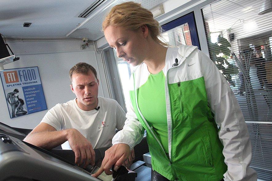 Pri telovadbi ji bo pomagal osebni trener Aleš Brumen.