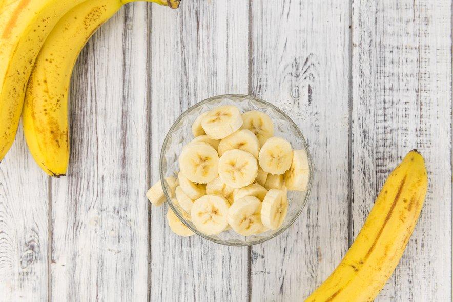 Banane varujejo pred zgago, saj so alkalno sadje. To pomeni, da nevtralizirajo kislino v želodcu in vam lahko pomagajo, da se znebite zgage in pekočega občutka v žlički.