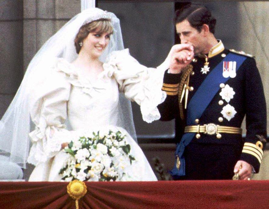 Charles se je po poroki z Diano še naprej na skrivaj videval s Camillo.
