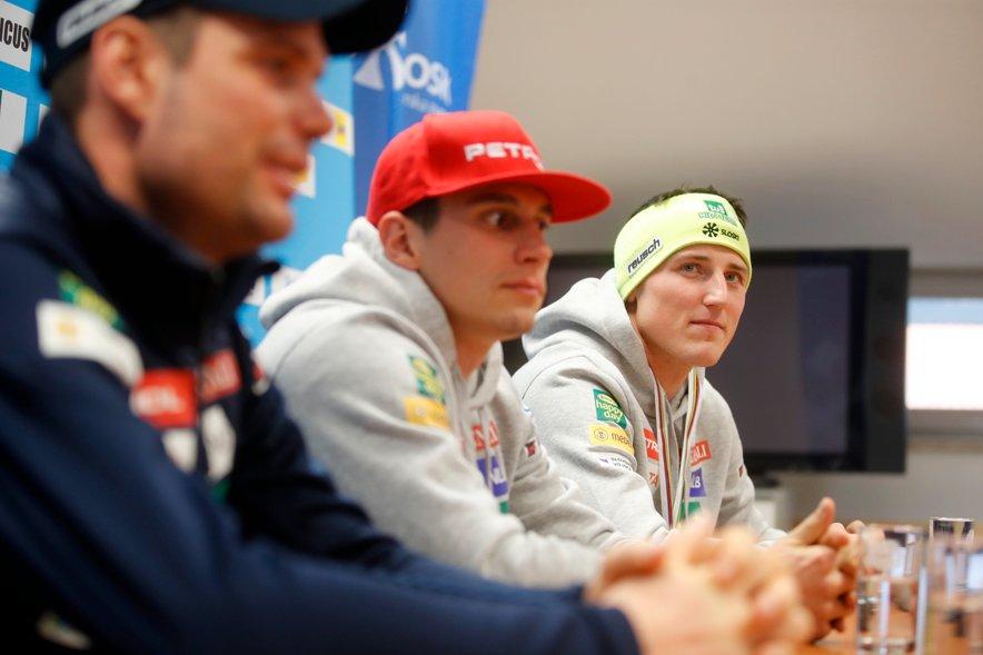 Žan Kranjec (v sredini) in Štefan Hadalin na lanski novinarski konferenci.