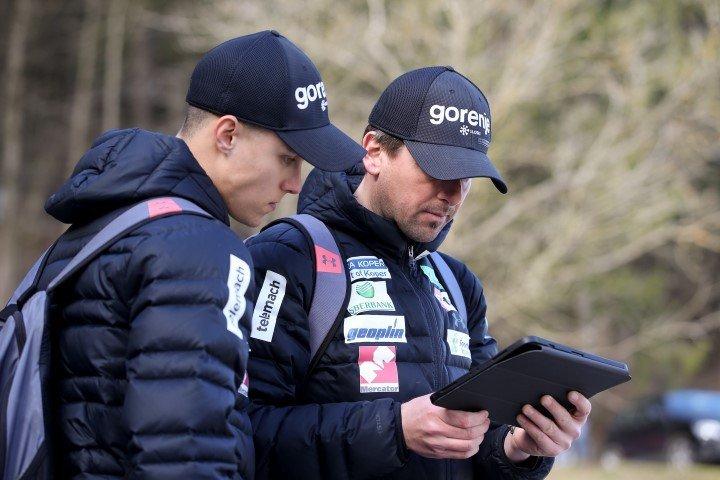 Velik del zaslug za izjemno sezono slovenskih skakalk gre pripisati glavnemu trenerju Zoranu Zupančiču (desno)