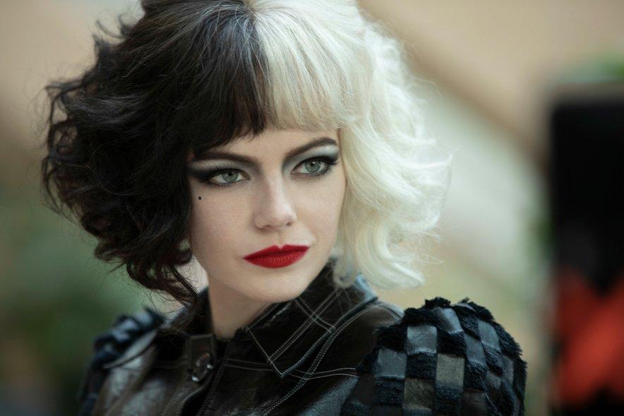 Emma Stone v vlogi Kruele de Vil