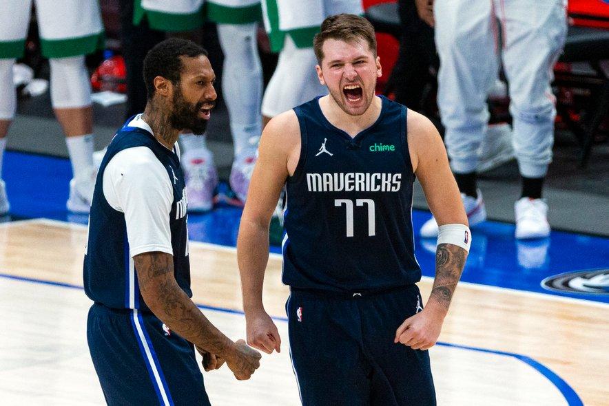 Trojki Luke Dončića (desno) v zadnji minuti sta odločili tesno srečanje z Bostonom.