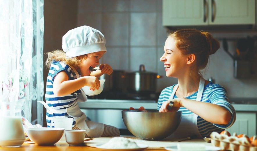 Kuhanje z otroki ustvarja nepozabne in dragocene skupne trenutke.