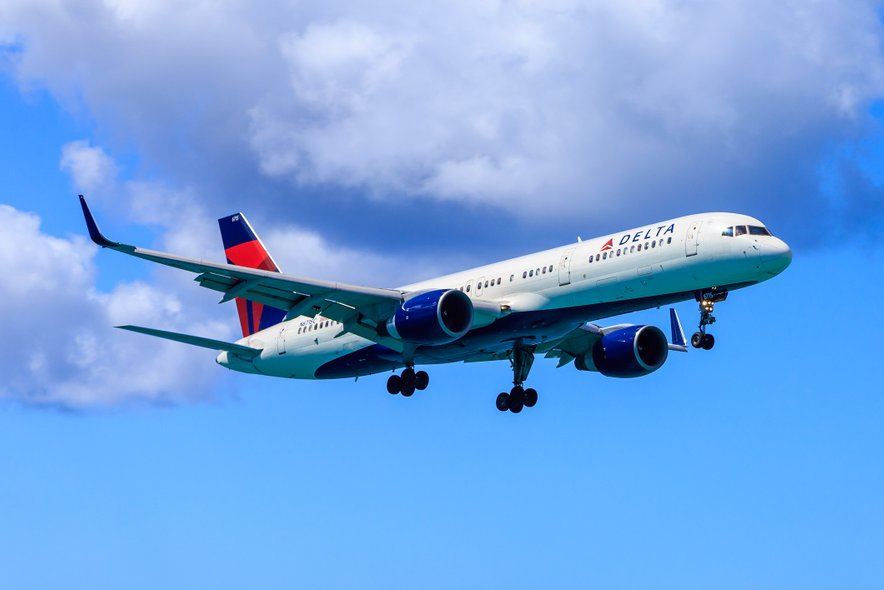 Letalo Boeing 757 ameriškega prevoznika Delta Air Lines, ki je bilo na poti iz Atlante v Seattle, je moralo v ponedeljek popoldne zasilno pristati.