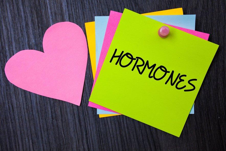 Stres lahko povzroči hormonska neravnovesja s povišano proizvodnjo kortizola.