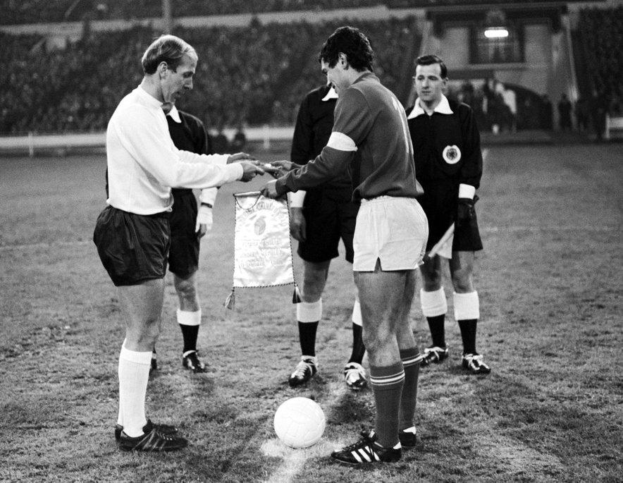 Fotografija s prijateljske tekme med Anglijo in Romunijo iz leta 1969: na levi sir Bobby Charlton, na desni pa tedanji romunski kapetan Mircea Lucescu