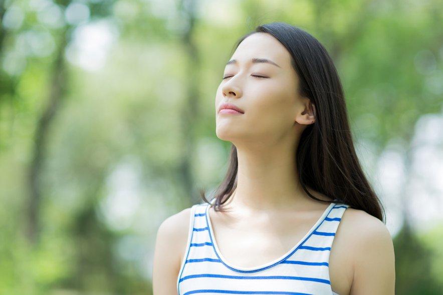 Preprosta dihalna vaja z globokimi vdihi in izdihi nas lahko razbremeni stresa in omogoči boljšo prebavo.