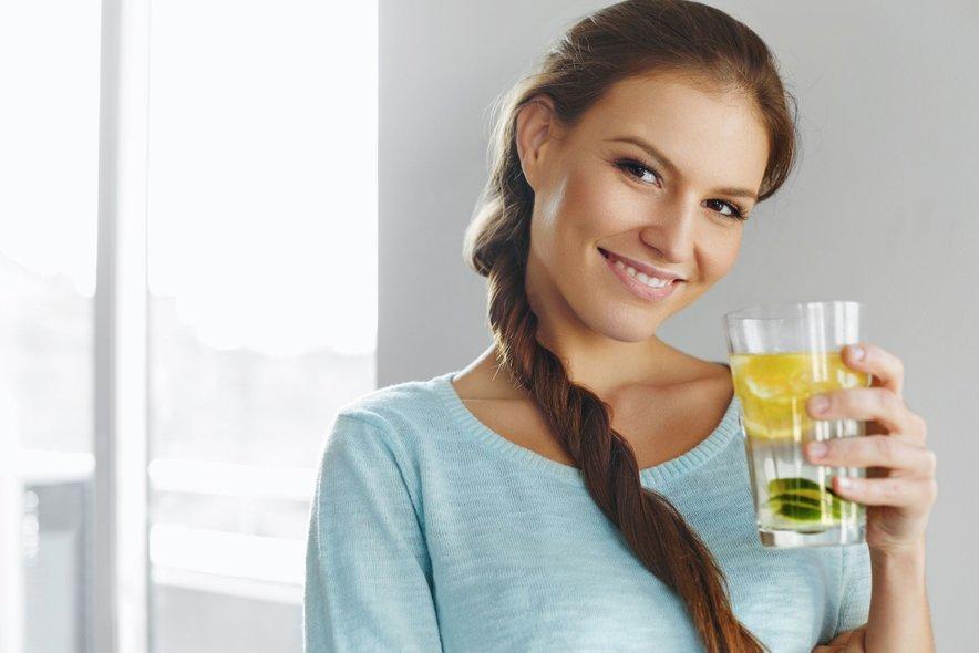 Že zjutraj na tešče popijte velik kozarec tople vode z limono.