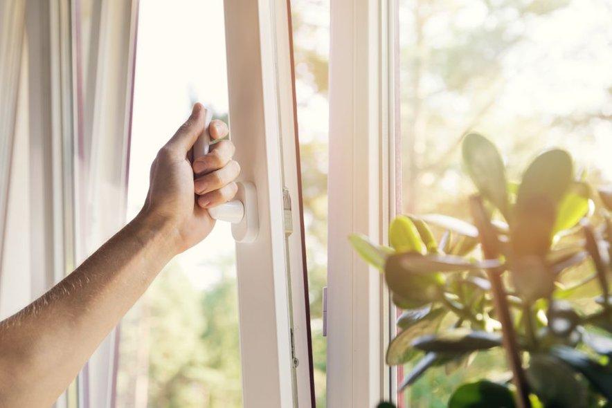 Z zračenjem poskrbimo, da topel in vlažen zrak v prostoru zamenja hladnejši in suh zrak iz okolice.
