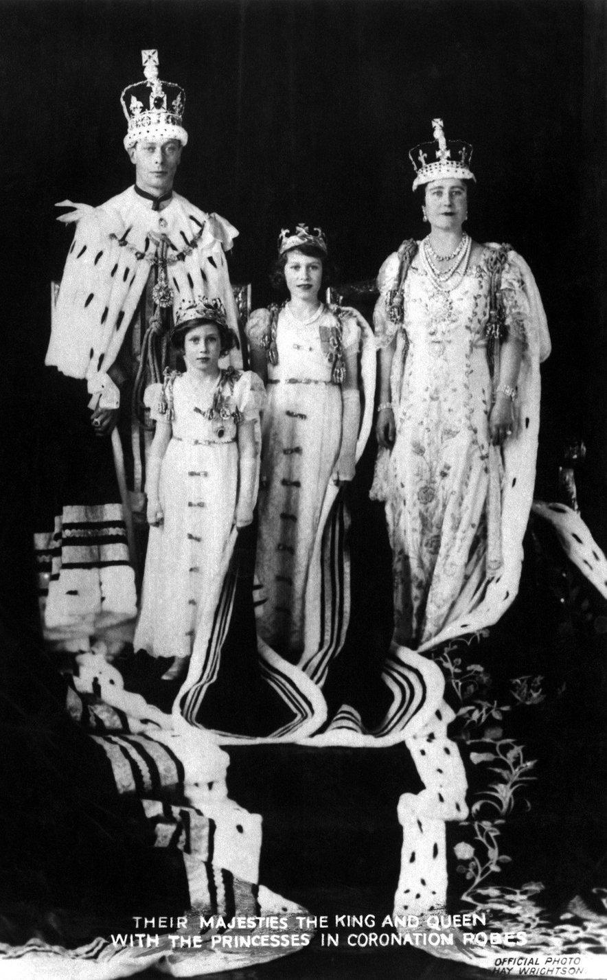 George VI. na dan svojega ustoličenja. Njegova hči, sedanja kraljica, je na fotografiji na sredini.