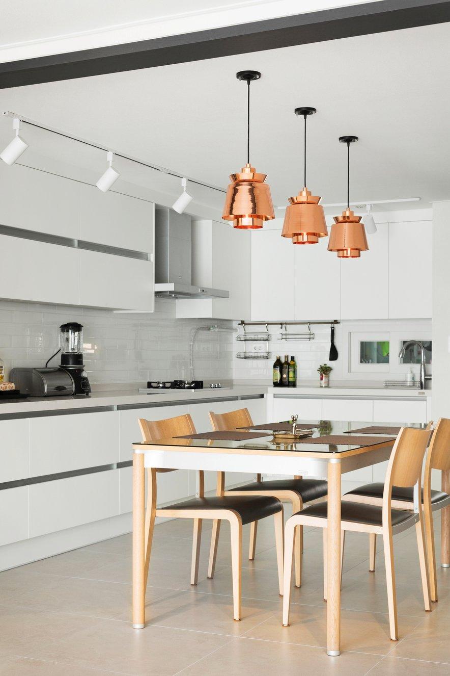 Za dodatno osvetlitev v jedilnici poskrbimo z več posameznimi visečimi svetili nad jedilno mizo, kuhinjsko delovno površino pa lahko osvetlimo z linijskimi lučmi.