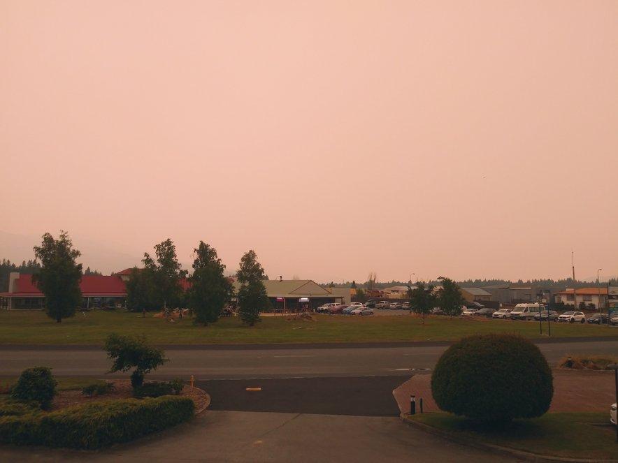 Zaradi požarov v Avstraliji se je tudi nebo na Novi Zelandiji obarvalo rumeno. Fotografija bralca je posneta na južnem otoku Nove Zelandije, v mestu Twizel.