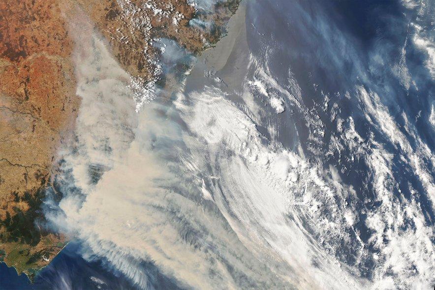 Satelitska slika požarov, ki divjajo na jugovzhodu Avstralije. Posneta 1. januarja.
