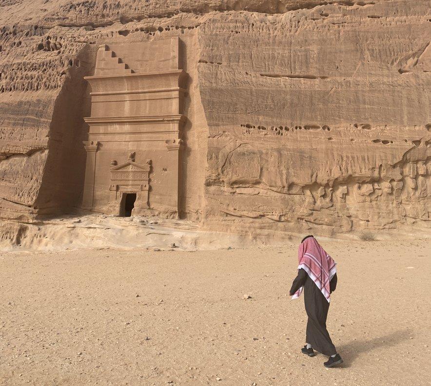 Narava je puščava saharskega tipa z večinoma kamnito puščo.