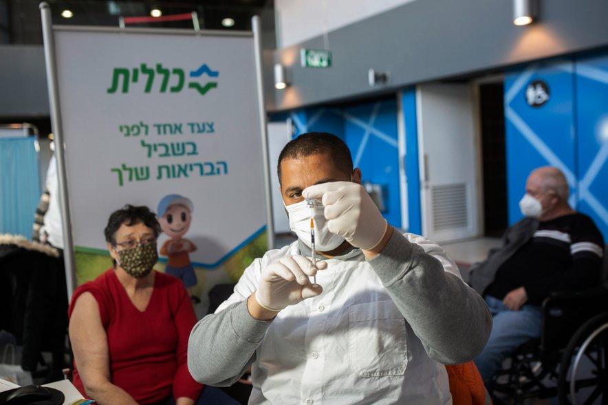 Cepljenje v Izraelu poteka s pospešeno hitrostjo. Zadnja študija kaže, da je število okužb in hospitalizacij šest tednov po cepljenju starostnikov močno upadlo.